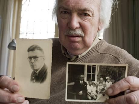 Nizozemec Teun de Groot ukazuje fotku rodiny a svého otce, zastřeleného Boerem.