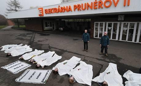 Třináct aktivistů ekologické organizace Greenpeace zakrytých prostěradly ulehlo 3. prosince dopoledne na 20 minut před vchod Elektrárny Prunéřov.  (3.12.2009)