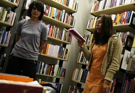 Markéta Pilátová čte ze své prvotiny v pražském knihkupectví Torst 10. září 2007, vlevo hudebnice a herečka Monika Načeva