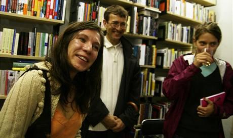 Markéta Pilátová při křtu své prvotiny Žluté oči vedou domů v pražském knihkupectví Torst 10. září 2007, vpravo spisovatelka Petra Hůlová