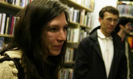 Markéta Pilátová při křtu své prvotiny Žluté oči vedou domů v pražském knihkupectví Torst 10. září 2007