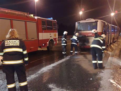 Požár autobusu na Vysočanské ulici v Praze (3.12.2009)