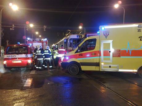 Nehoda tramvaje a autobusu na křižovatce ulic Švehlova a Pražské v Hostivaři (3.12.2009)
