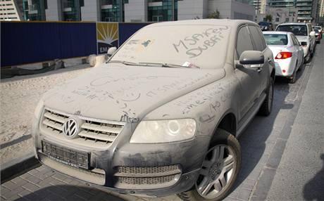 V ulicích Dubaje stojí opuštěná auta imigrantů.