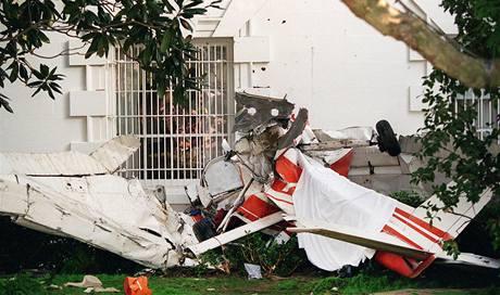 Trosky malého letadla na zahradě Bílého domu. (12. září 1994)