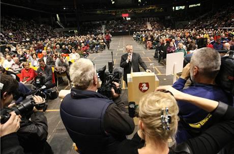 V pardubické hokejové aréně proběhlo veřejné projednání záměru modernizace spalovny, přišlo 4 500 odpůrců (9. prosince 2009)