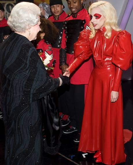 Lady GaGa se setkala s královnou Alžbětou II.
