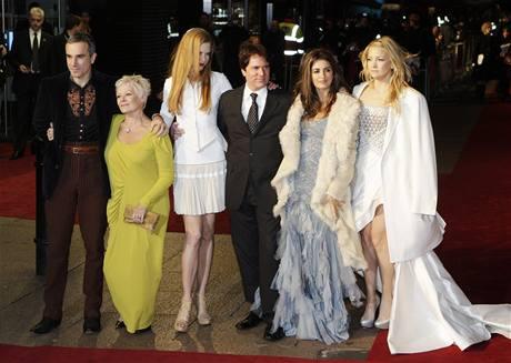 Z londýnské premiéry filmu Nine (zleva Daniel Day-Lewis, Judi Dench, Nicole Kidman, režisér Rob Marshall, Penelope Cruz, Kate Hudson