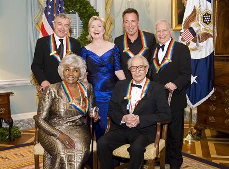 Z 32. ročníku Cen Kennedyho centra (stojící zleva: Robert De Niro, Hillary Clintonová, Bruce Springsteen, Mel Brooks; sedící zleva Grace Bumbryová, Dave Brubeck)