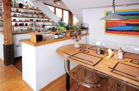Zkosené stěny si vždy žádají nábytek na míru, v případě kuchyně dvojnásob