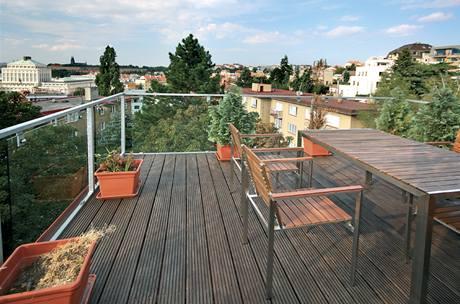 Na terase lze i stolovat