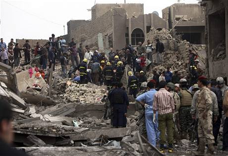 Záchranáři hledají v troskách oběti bombového útoku u ministerstva financí v Bagdádu (8. prosince 2009)