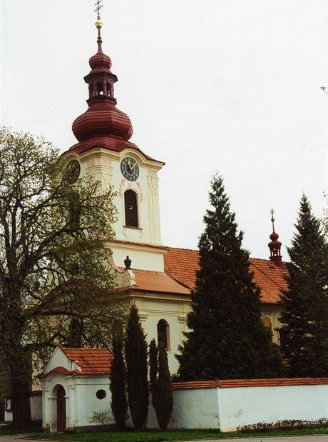 Kostel sv. Petra a Pavla na náměstí v Petrovicích