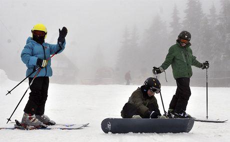 Ani vítr, sněžení a mlha neodradily 6. prosince milovníky zimních sportů od prvního lyžování na sjezdovce Černá hora v Janských Lázních v Krkonoších