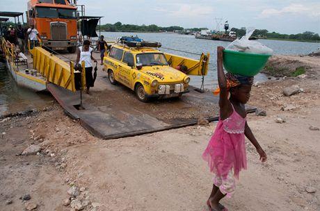 Trabantem Afrikou. Přívoz přes Zambezi, jsme v Botswaně
