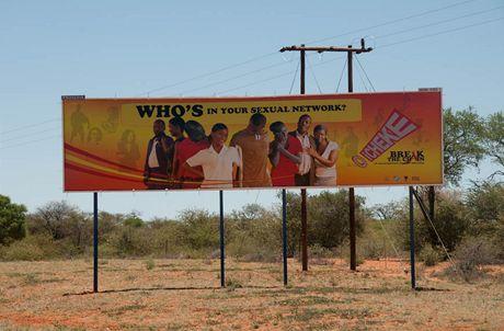 AIDS je v Africe problém, ovšem zkušenosti lidí z mise Člověka v tísni ukazují, že samotná hesla na plakátech k řešení problému nestačí