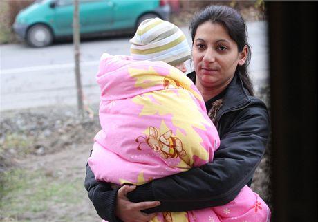 Popálená Natálka Kudriková s maminkou Annou Sivákovou se vrací domů.