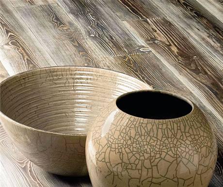 Podlaha z barevně upravovaného dřeva