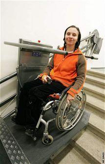 Laďka Blažková s vozíkem na plošině