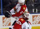 Ballard nešťastně trefuje Vokouna hokejkou do hlavy