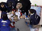 Zraněný Tomáš Vokoun na nosítkách