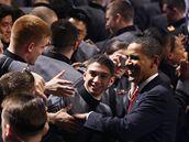 Obama se po projevu ve West Pointu zdraví s kadety (2. prosince 2009)