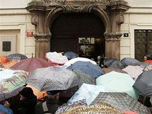 V Praze před Sněmovnou demonstrovali učitelé z celé republiky za vyšší platy. (8. prosince 2009)
