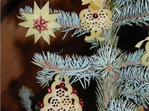 Velmi působivé ozdoby vyrobíte i z obyčejných těstovin a korálků. Litvínovská výstava Vánoce na půdě přináší návštěvníkům inspiraci již 9. rok.