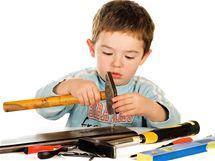 Nechte děti vyzkoušet si opravdické nářadí, ale jen pod vaším pečlivým dohledem.