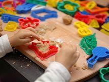 """Někdy si děti nechtějí hrát """"jen jako"""". Nechte je, ať si s vlastními vykrajovátky vyzkouší pracovat s opravdovým těstem."""