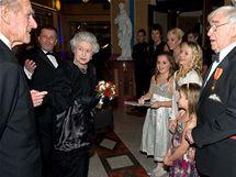 Britská královna Alžběta II., princ Phillip a komik Frank Carson s vnoučaty