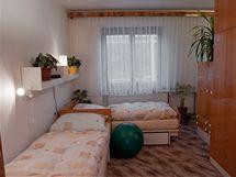 Do spací části se nevešla dvojpostel, manželé spali hlavami ksobě