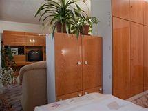 Obývák od ložnice oddělovala příčka ze starého nábytku