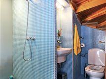 I v koupelně bylo nutné se vypořádat se zkosenými stropy