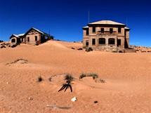 Trabantem Afrikou. Kolmanskop, město duchů. V první polovině minulého století opuštěné město pomalu požírá poušť. Od osmdesátých let je ale toto místo vyhlášnou atrakcí, tak tu dávají dobrý pozor, aby ho nesežrala úplně.