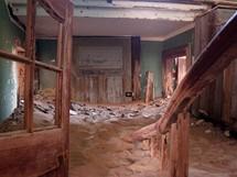 Písek a zase jen písek, v obýváku, v předsíni i v koupelně