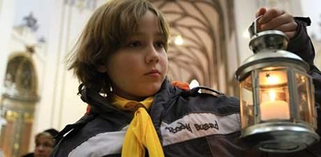 Lidé si odnesli z bohoslužby na brněnském Petrově Betlémské světlo (13. prosinec 2009)