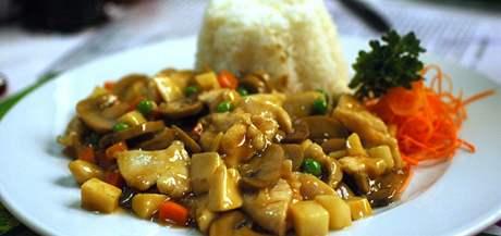 Menu v brněnské Zlaté misce - kuře s bílými houbami a rýží