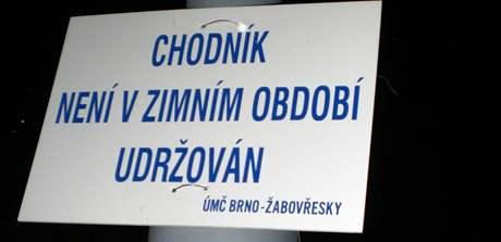 Cedule upozorňují na neudržované chodníky v Brně