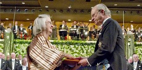 Předávání Nobelových cen ve švédském Stockholmu. Na snímku švédský král Carl XVI. Gustaf (vpravo) a Elinor Ostromová (10. prosince 2009)