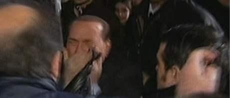 Útočník napadl Silvia Berlusconiho replikou milánské katedrály (13. prosince 2009)
