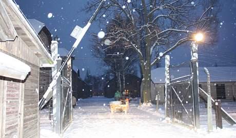 """Brána koncentračního tábora bez nápisu """"Arbeit macht frei"""", který někdo ukradl. Snímek zveřejnila polská policie. (18. prosince 2009)"""