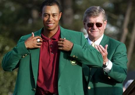 Tiger Woods z dubna 2009 - obl�k� zelen� sako v�t�ze Masters 2002.