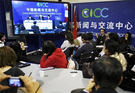 Summit o klimatu v Kodani - novináři sledují projev hlavního čínského vyjednávače Su Wei (12. prosince 2009)