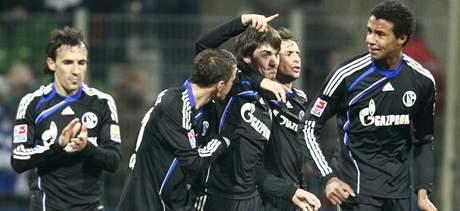 Jan Mor�vek z Schalke (uprost�ed)