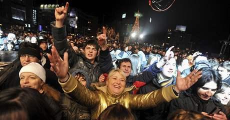 Makedonci oslavují v ulicích Skopje zavedení bezvízového styku do EU (19. prosince 2009)