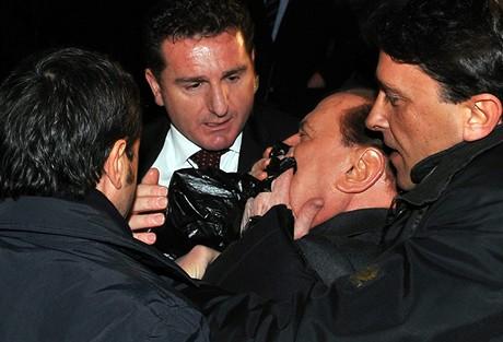 Berlusconiho po útoku museli ošetřit lékaři.