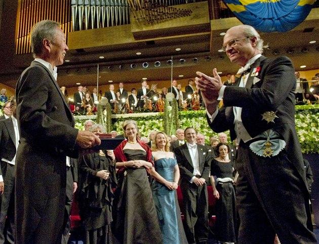 P�edávání Nobelových cen ve �védském Stockholmu. Na snímku �védský král Carl XVI. Gustaf (vpravo) a nositel Nobelovy ceny za fyziku Charles K. Kao (10. prosince 2009)
