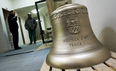 Nový zvon, který bude zdobit prostřední věž nově zrekonstruované Malostranské besedy.