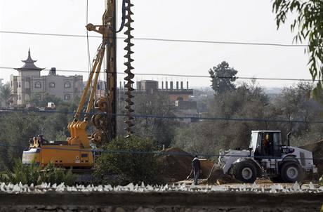 Egyptské stavební stroje na hranici s Gazou (10.12.2009)